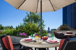 pg_07_outdoor_table